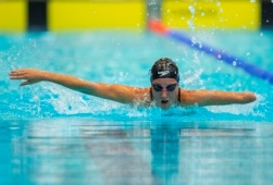 Foto de una nadadora paralimpica