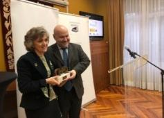 Foto de Luisa Carcedo recogiendo el premio de manos de Luis Cayo Perez Bueno