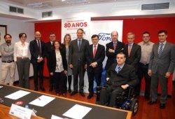 Foto de familia del acto de firma del convenio entre Fundación ONCE y Ford España, en el que también colabora el Real Patronato sobre Discapacidad para mejorar la movilidad de este colectivo