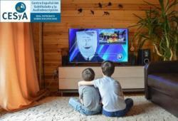 Foto de dos nios de espaldas viendo la television sentados en el suelo, con logotipo de CESyA