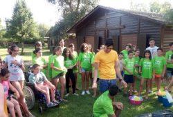 Foto de una actividad en grupo en el campamento Aspaym