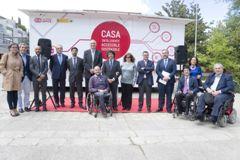 Foto de familia de la visita de la presentación de la casa accesible en Madrid