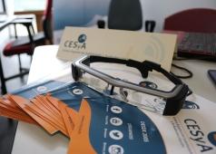 Foto de folletos CESyA y gafas sobre una mesa