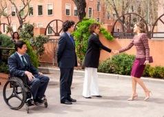 Imagen de la visita de la Reina a su llegada al Real Patronato sobre Discapacidad