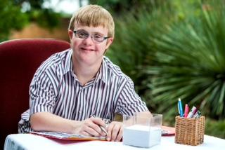 Foto de una persona con discapacidad intelectual