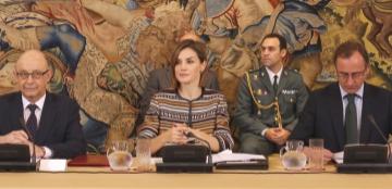 Su Majestad la Reina en la mesa de la reunión con el ministro de Sanidad, Servicios Sociales e Igualdad, Alfonso Alonso y el ministro de Hacienda y Administraciones Públicas, Cristóbal Montoro