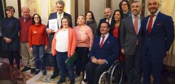 Foto de familia del acto de presentación. El presidente del Congreso de los DIputados, Jesús Posada, sostiene 'La Constitución española en lectura fácil'