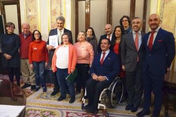 Foto de familia del acto de presentación de 'La Constitución española en lectura fácil'