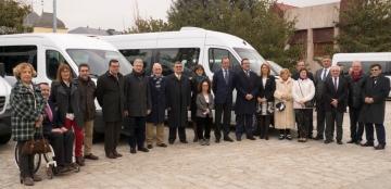 Foto de familia de la entrega de 12 vehículos adaptados a asociaciones de personas con discapacidad
