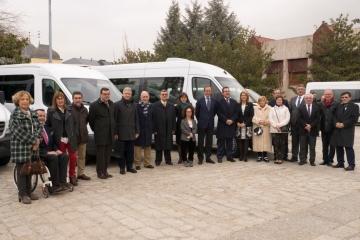 Foto de familia de la entrega de 12 vehículos adaptados a asociaciones