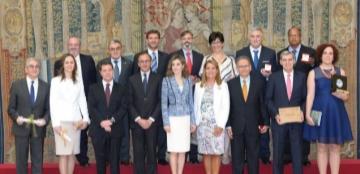 Imagen: Su Majestad la Reina junto a los premiados y autoridades. © Casa de S.M. el Rey.
