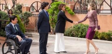 La Reina Letizia saluda a Dolors Monserrat a su llegada al Real Patronato