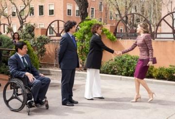 La Reina Letizia saluda a Dolors Monserrat a su llegada al Real Patronato sobre Discapacidad