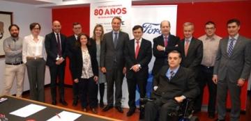Foto de familia de la firma del convenio entre Fundación ONCE y Ford España, acompañados del Real Patronato sobre Discapacidad