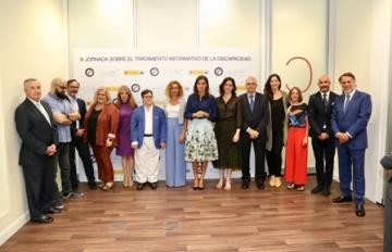 © Casa de S.M. el Rey. Fotografía de grupo de Su Majestad la Reina con los ponentes, autoridades y asistentes